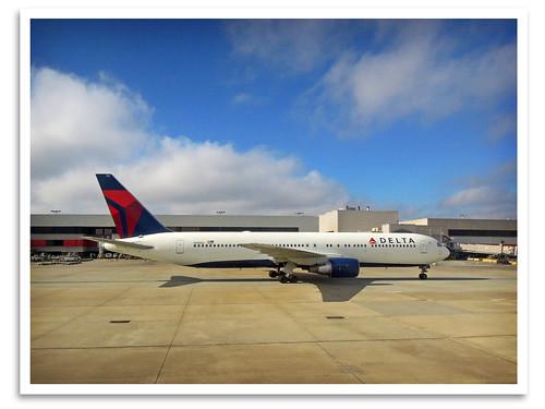 atlanta ga airplane atl widebody jetliner boeing767 deltaairlines hartsfieldjacksonatlantainternationalairport