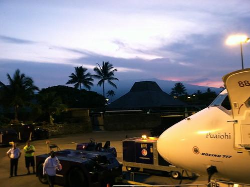 plane hawaii jet bigisland boeing 717 boarding koa hawaiianairlines konainternationalairport