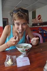 En un warung de carretera menjant bakso (sopa amb noodles i boles de carn)
