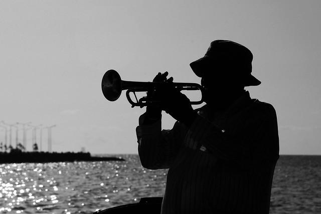 Trompetista en el lugar que mas me encanta: El Malecon Habanero