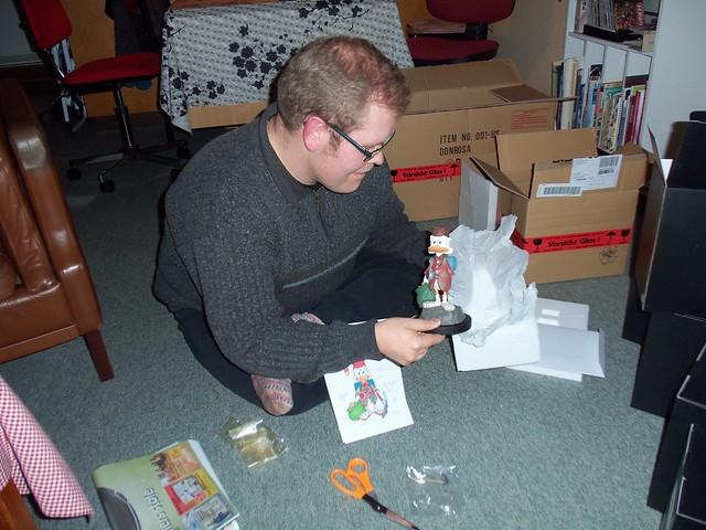 Opening figurine box