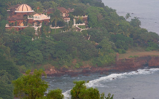 Houses overlooking Sinquerim beach and the Araban sea | by Nagarjun