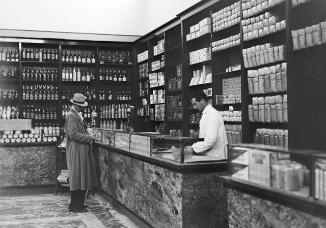 Levensmiddelenwinkel in het Vaticaan / Grocery in Vatican City