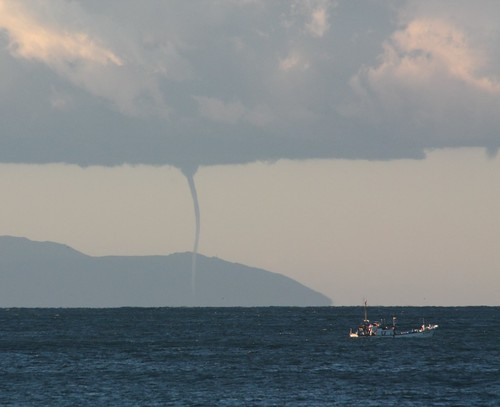 beach japan sunrise canon kamakura 日本 tornado kanagawa xsi waterspout 鎌倉 神奈川県 稲村ケ崎 inamuragasaki