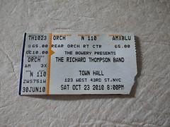金, 2010-10-29 16:24 - The Richard Thompson Band at Town Hall (123 W 43rd St) 中央、前から14列目。手の見える距離だった。