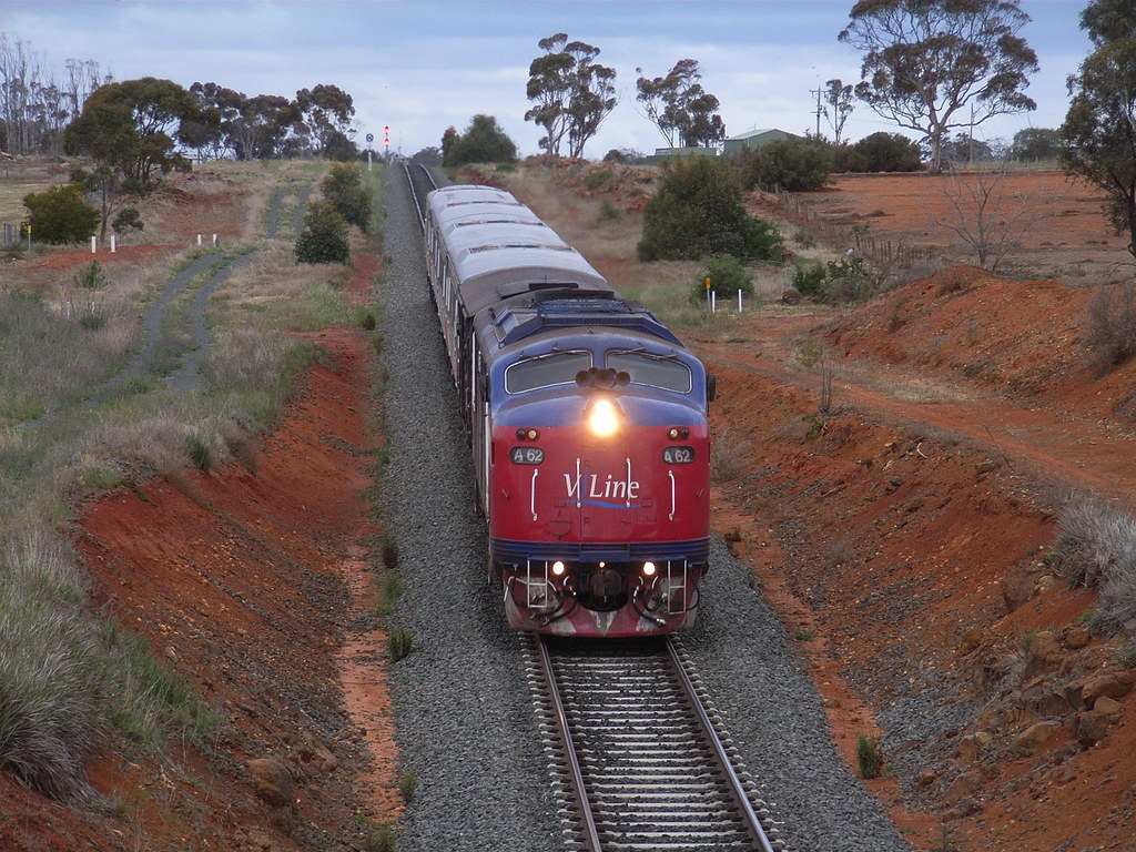 A62 drops down grade into Bacchus Marsh with FSH 25 by bukk05