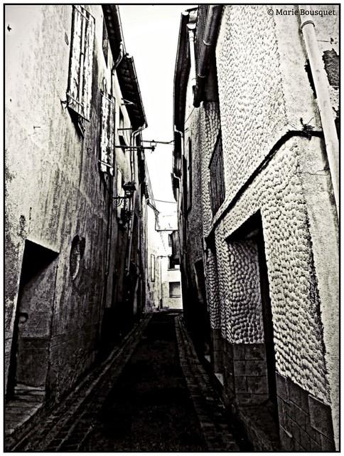 Ruelle très étroite à Thuir en noir et blanc
