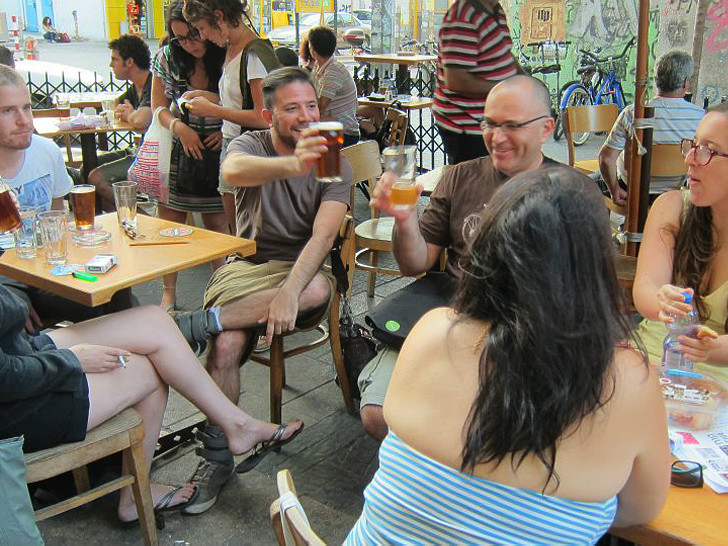 לוגמים בירה אחרי משחק אותיות ממריץ