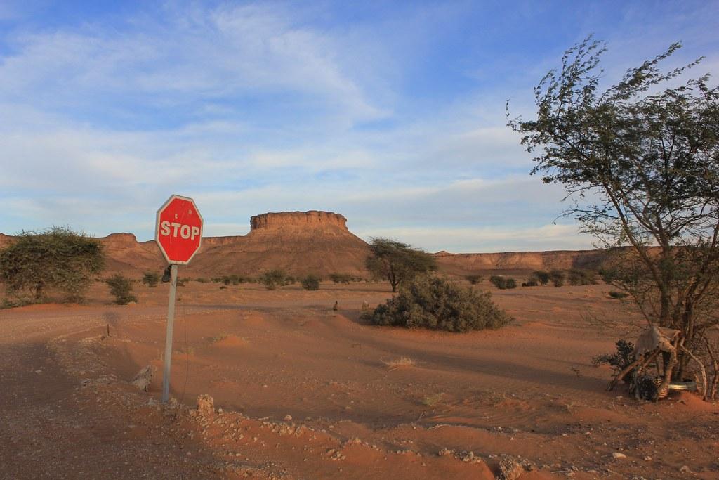 Mesmo no deserto STOP é para parar...