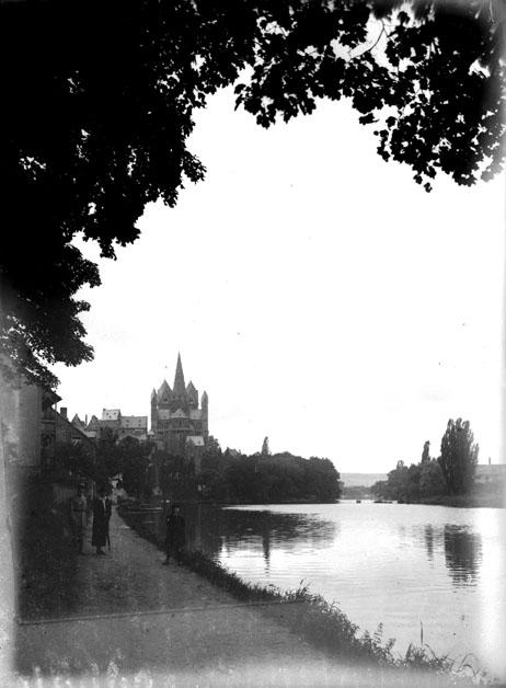 Vue des bords de la rivière Lahn avec la cathédrale de Limburg en arrière-plan, en Hesse