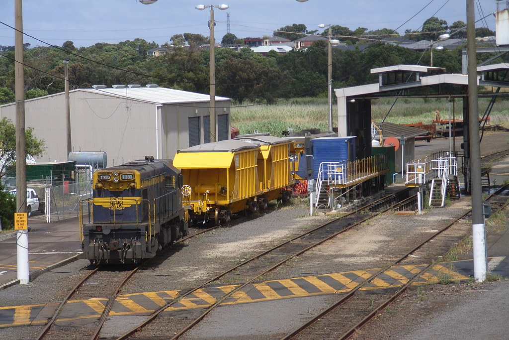 T333 and TL155 stabled in the Portland loco depo along with a set of mineral sands wagons by bukk05