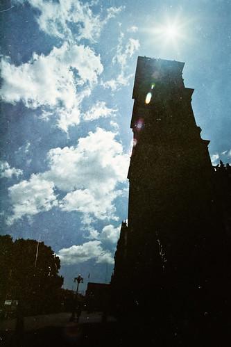 La torre izquierda