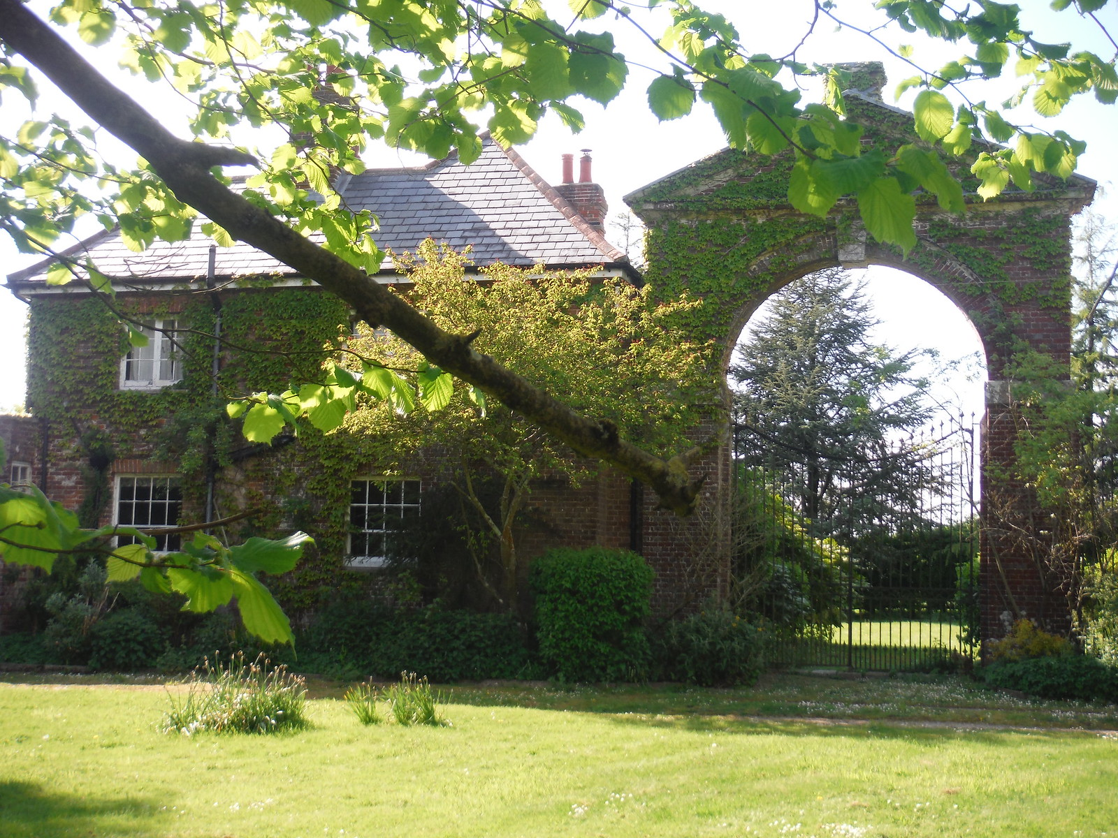 House with large gateway SWC Walk Rowlands Castle Circular - Extension