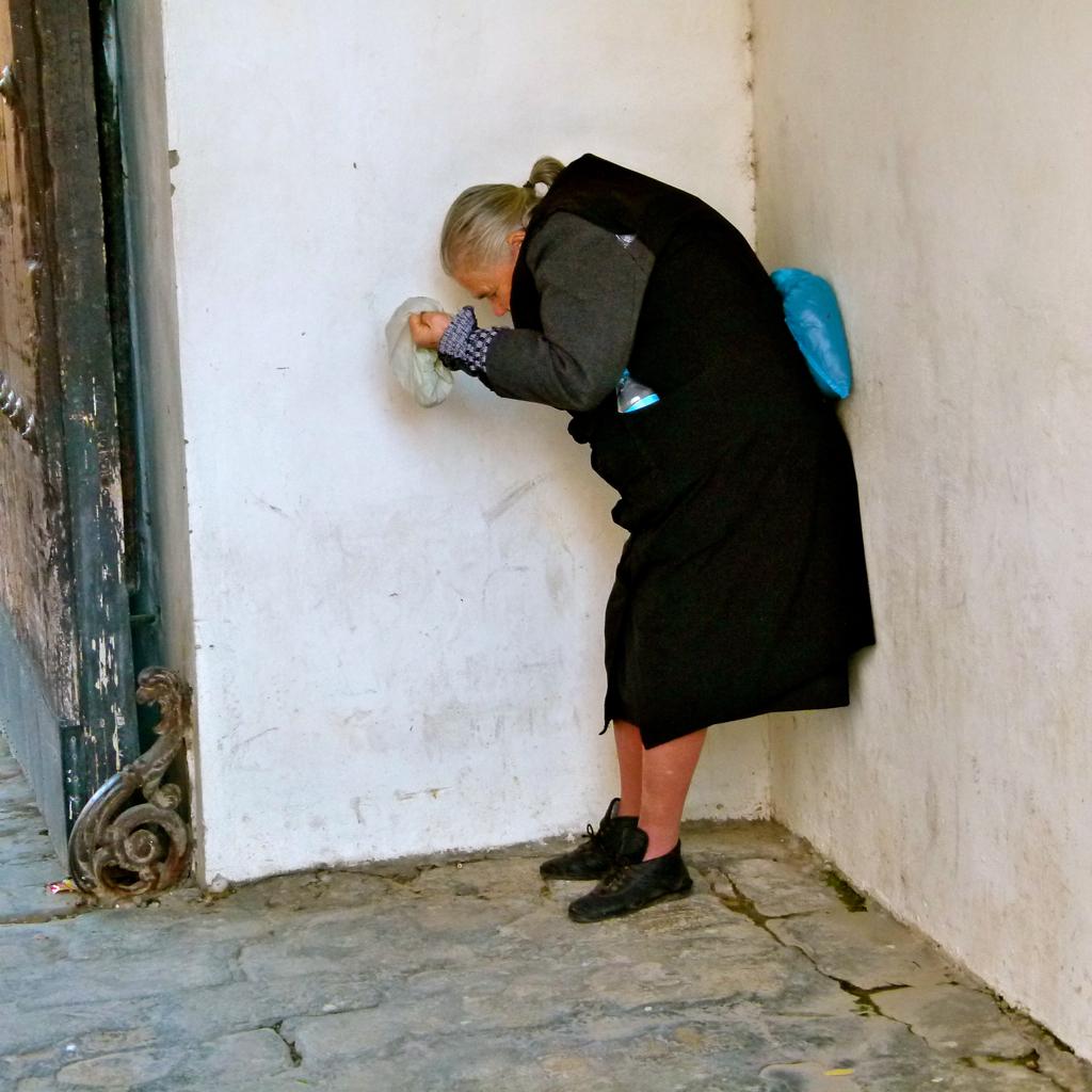 ¿Caridad o Justicia Social? Anciana mendigando en la puerta de salida del Real Alcázar de Sevilla - Diciembre de 2011