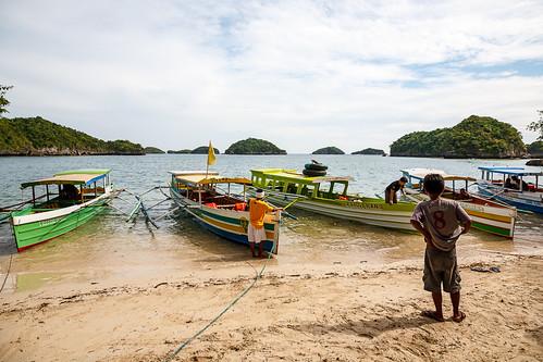 boy beach water sand philippines pangasinan hundredislandsnationalpark bangkaboats