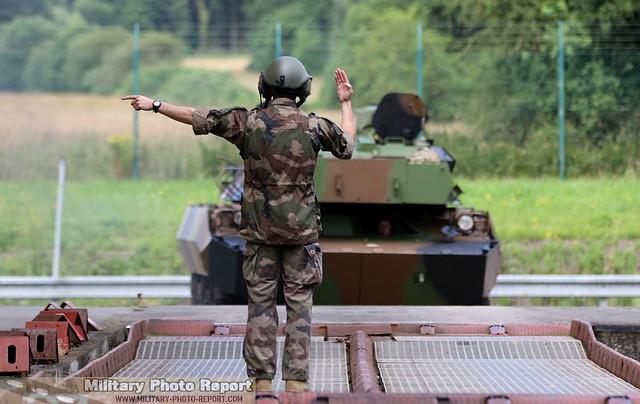 Chef de char d'AMX-10 RCR du 3ème RH guidant l'engin alors en train de monter sur le train