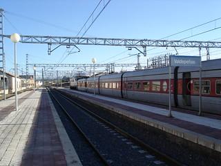 Talgo III descendente Madrid-Granada/Almería, estacionado en la Estación de Valdepeñas | by El Trenillo