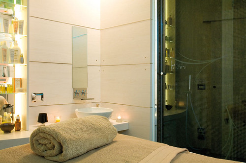 <p>Sala trattamento con cambio colore della luce</p>