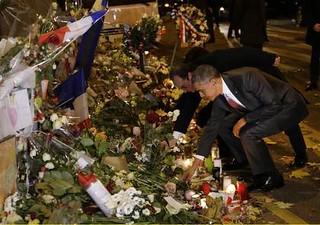 圖05哀悼巴黎恐攻罹難者歐巴馬劇院外獻花