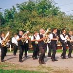2002 beim 75. Jubiläum seit der Gründung der Billeder Feuerwehr. Die Blaskapelle gehörte neben der Kircheihgesellschaft auch zur Feuerwehr.