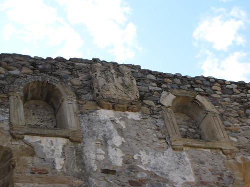 Monasterio de Carracedo - Escudo y ventanas en la escalera de la media naranja | by albTotxo