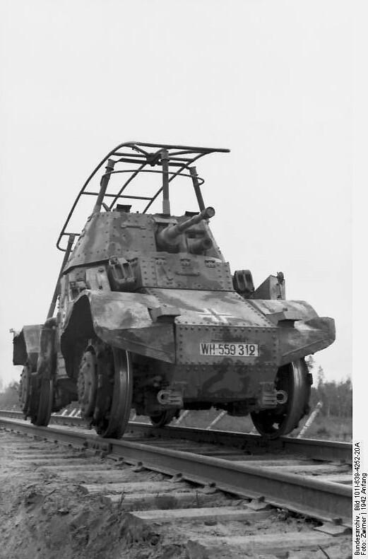 Un coche blindado Panhard francés