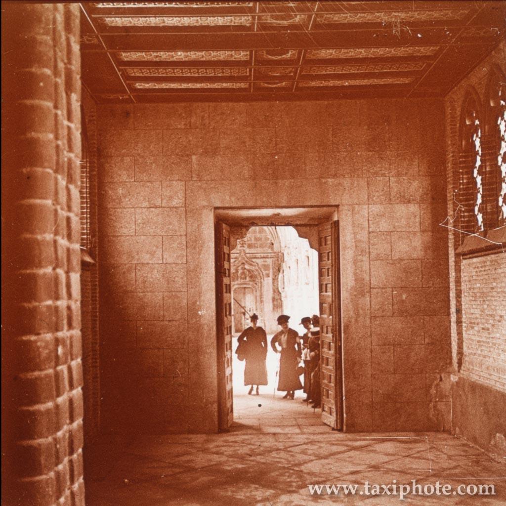 Acceso claustro del Monasterio de San Juan de los Reyes desde la Escuela de Artes en los años 20. Fotografía de José Villar Martelo