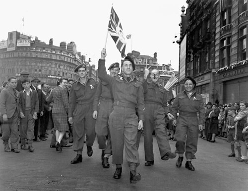 Canadian soldiers celebrating VE-Day, Piccadilly Circus, London, England, May 8, 1945 / Militaires canadiens fêtant le jour de la Victoire, Piccadilly Circus, Londres, Angleterre, 8 mai 1945 | by BiblioArchives / LibraryArchives