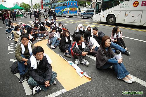 圖06畢業即失業?抗議工作機會難求而上街頭的社會新鮮人。