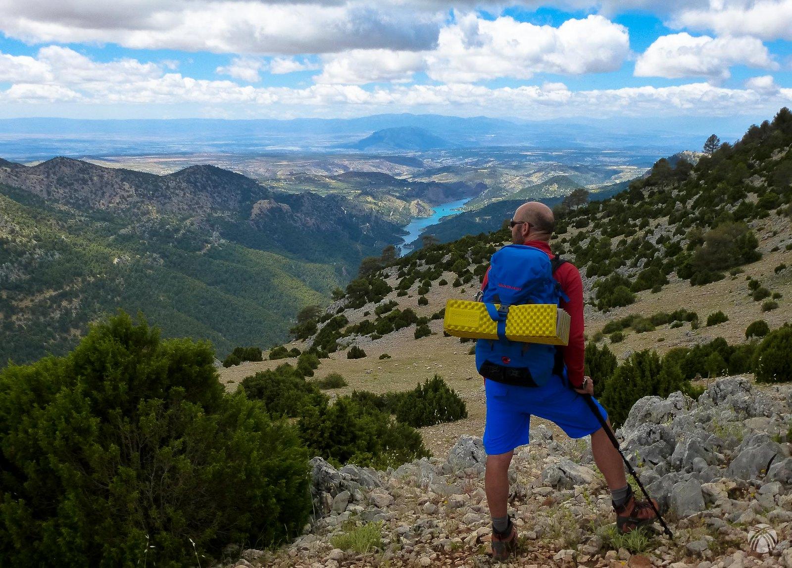 Omnipresente al sur el embalse del Portillo, Jabalcón, Baza y sierra Nevada