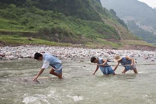 Boatmen drag sampan on Shennong Stream | by retrotraveller