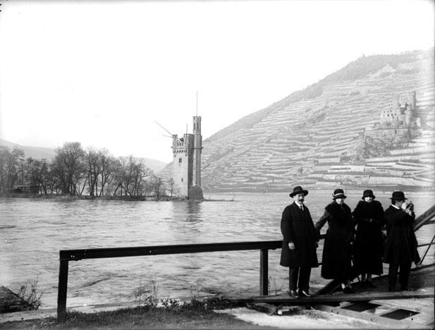 Promeneurs au bord du Rhin avec la Tour Mauseturm en arrière-plan, Bingen (Rhénanie-Palatinat)