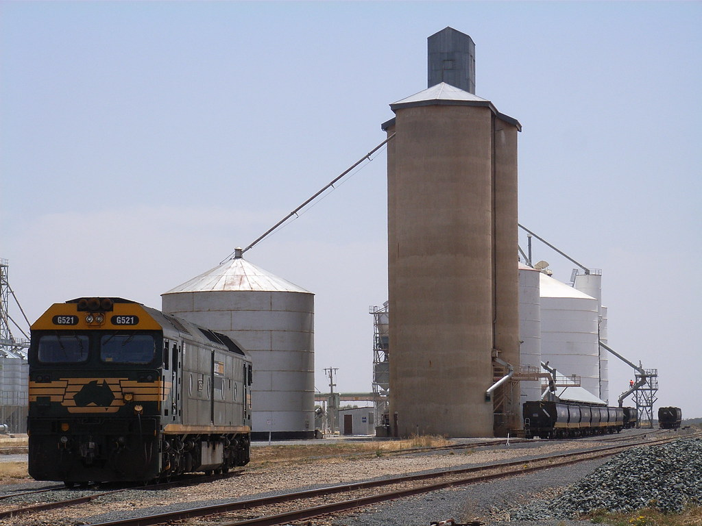 G521 sits shut down at Mitiamo while wheat is loaded in the background by bukk05