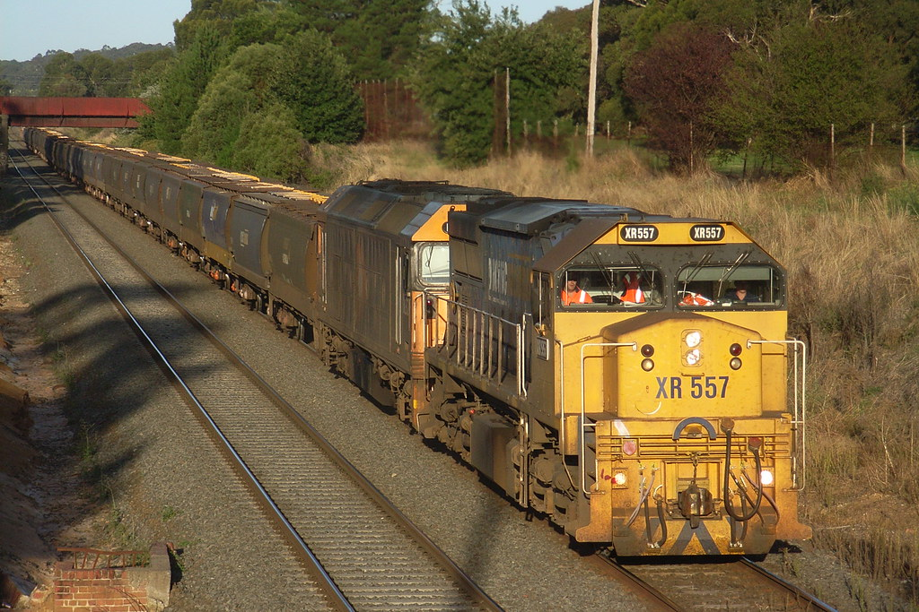 XR557 and BL32 prepare to stop at the stick at Ballarat East by bukk05