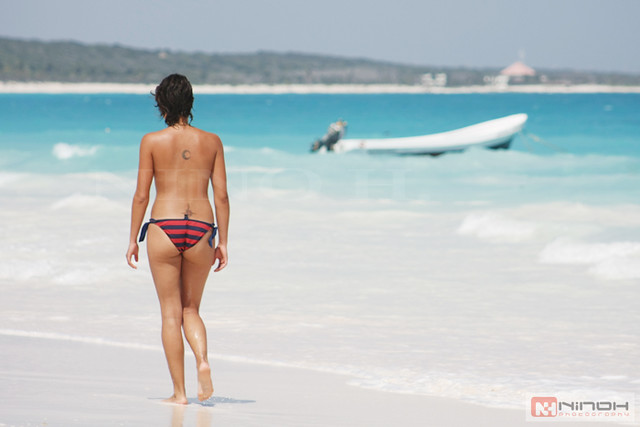 Cancun Cops Suspended After Posing For Pictures With Topless Ladies On The Beach