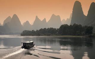 黄昏的漓江,中国桂林 (Li River at Dusk in Guilin, China) | by edwinpoon_gz