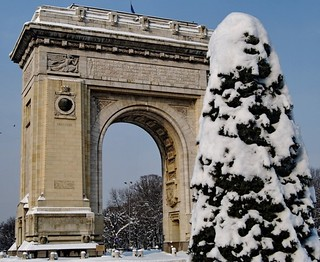 Arch of Triumph under heavy snow - 1