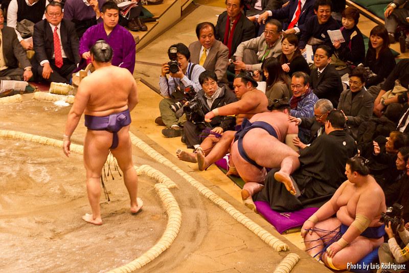 Combate de sumo en el torneo de año nuevo en Tokio