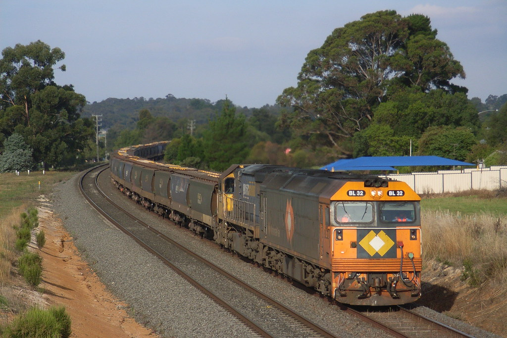 BL32 and XR557 are under dynamic breaking as it nears the bottom of Warrenheip bank by bukk05