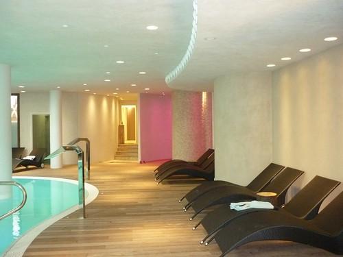 <p>Doccia emozionale e piscina gestiti con impianto domotico e cambio colore</p>