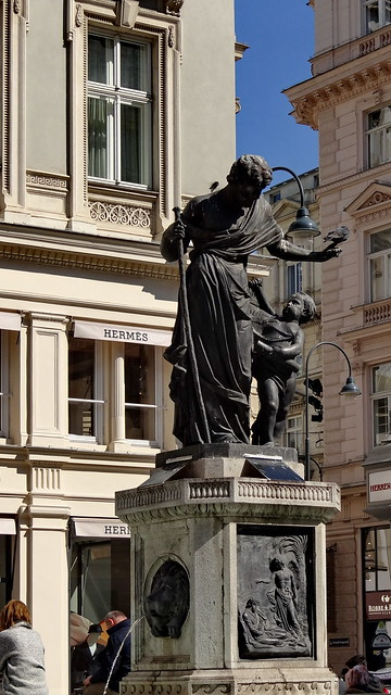 In Wien  aber, wo weilen die Beglückten, für die so reich sich Erde und Himmel schmückten für die aufflammen alle die hellen Kerzen, für die aufjubeln die wilden Herzen, sucht sie nicht im glanzerhellten Saal, im Tanzgewirr, beim fröhlich lauten Mahl, dort, seht, wo die Terrasse weit und frei hinaus blickt er auf des Gartens Schattengänge dort, wo verhallt der Ruf der Flötenklänge 03145
