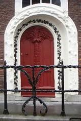 <p>Rondom de voordeur van het monumentale pand De Krakeling op de hoek van het Achter Sint Pieter en Pieterskerkhof vinden we een gebeeldhouwde omlijsting met palmtakken. Foto: Anna van Kooij.</p>