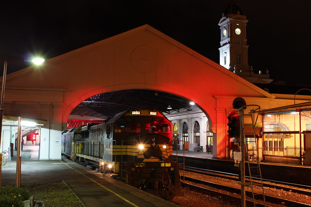 XR552 and G527 sit at the red signal waiting to proceed to Maryborough by bukk05