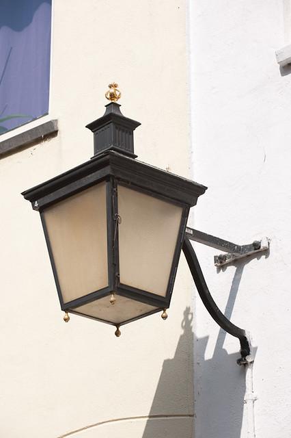 Waar nu de lantaarn hangt heeft vroeger mogelijk de kerkkroon gehangen. Foto: Anna van Kooij.
