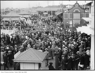 Sunnyside, crowd in amusement area, looking west