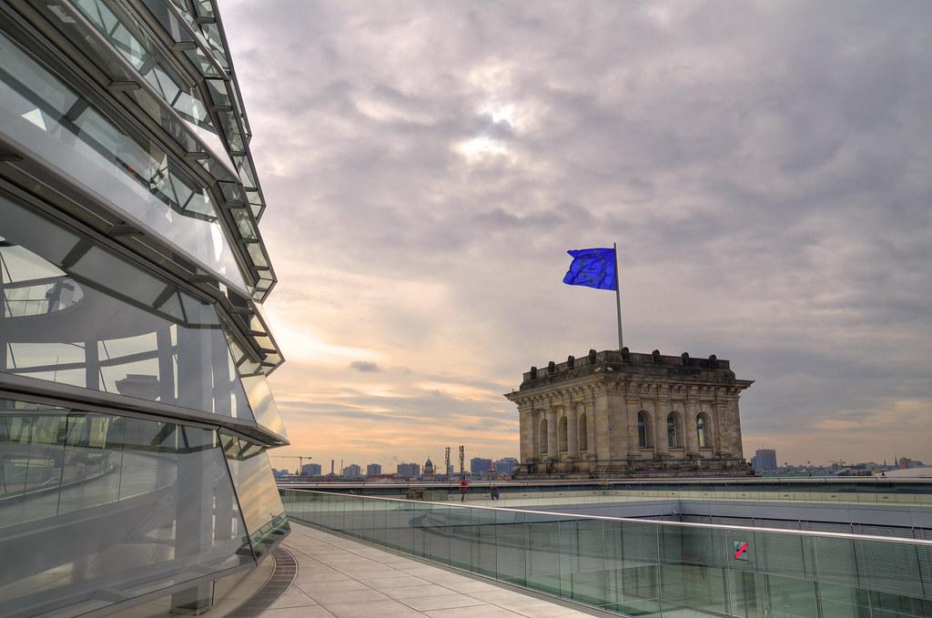 Blick vom Reichstagsgebäude mit Europaflagge
