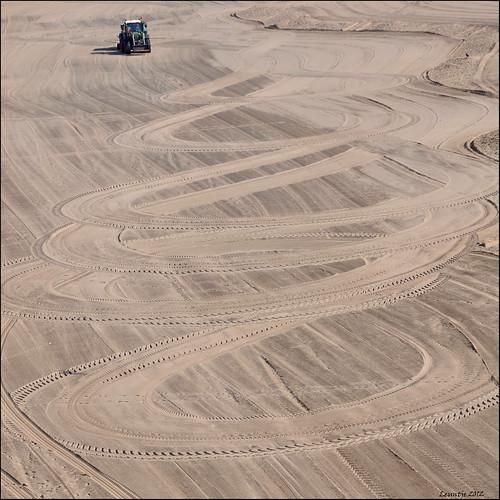 tractor beach netherlands strand sand scheveningen tracks trekker