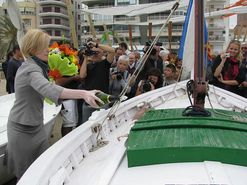 Bateig de les barques: trencant l'ampolla de cava sobre la Montserrat