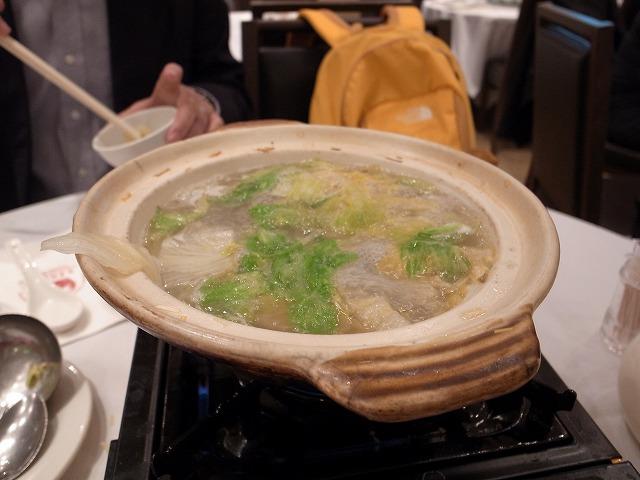 <p>e)鮑の出汁が取れたスープにレタスを入れて</p>