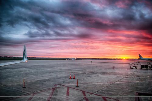 sunset ottawa yow airportlife avgeek bringonsummer avporn